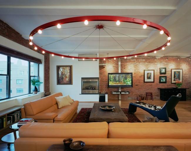 Salon de style industriel avec un énorme lustre
