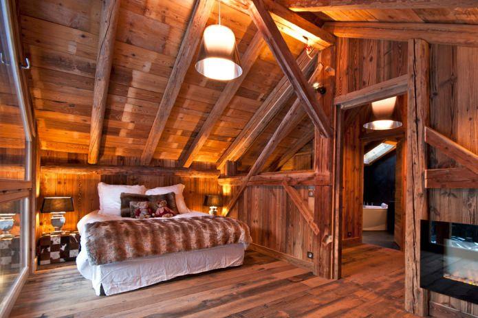 chambre avec plafond en bois