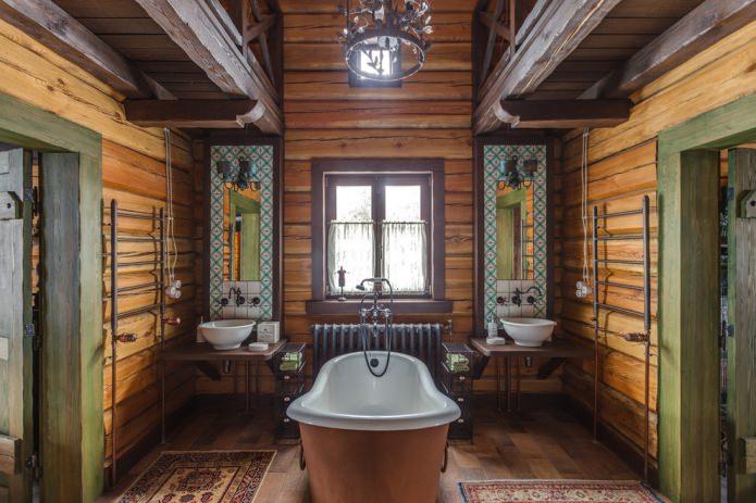 salle de bain finie en bois avec éléments en fer forgé