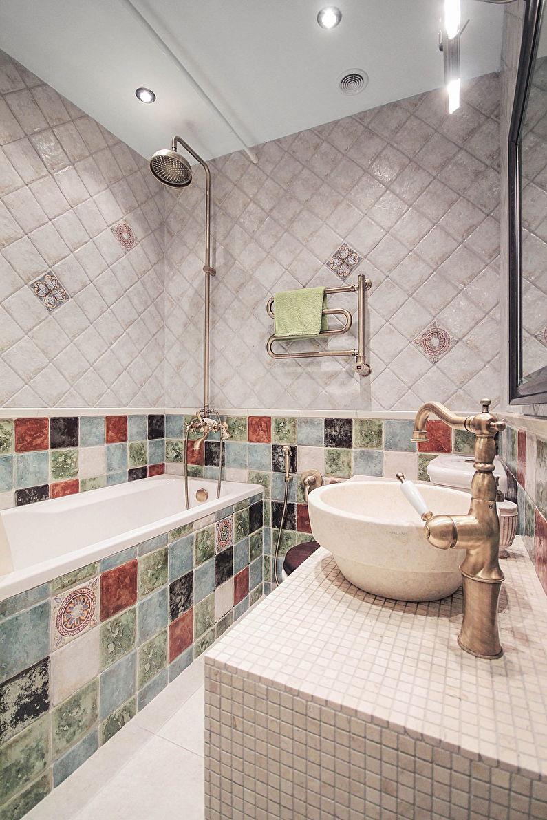 Conception de salle de bain à Khrouchtchev - style intérieur classique