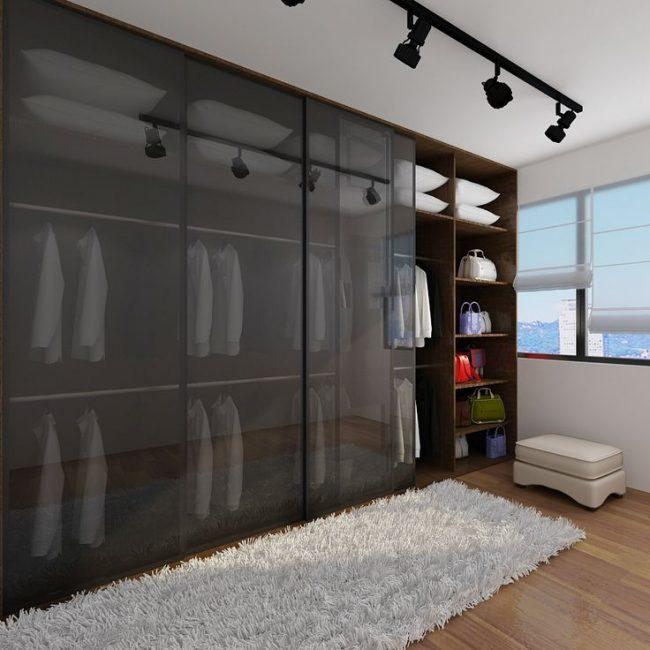 La façade transparente du meuble vous permettra de naviguer rapidement dans le choix d'une tenue
