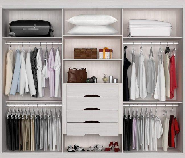 Une des options pratiques pour la disposition des étagères dans le placard