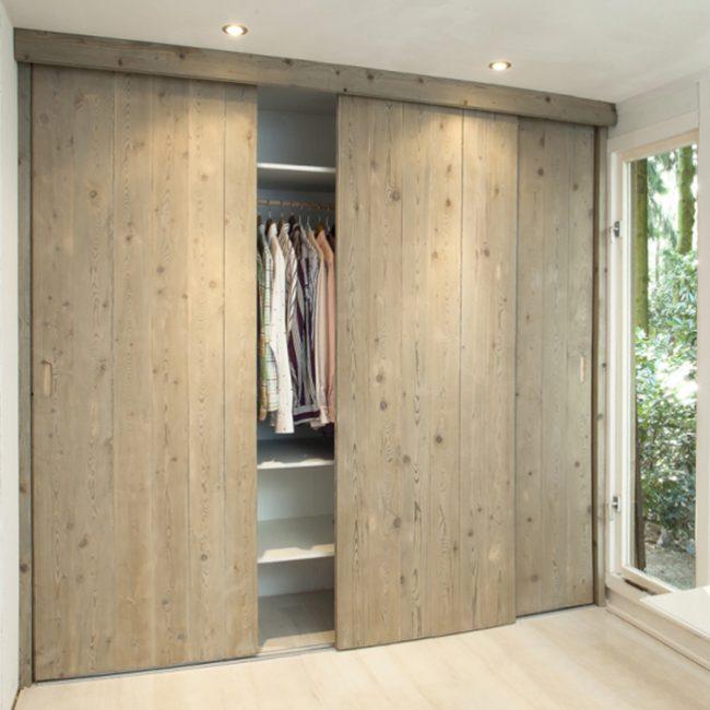 60 centimètres de large du meuble suffisent pour ranger les vêtements sur les traverses en fonction de la largeur