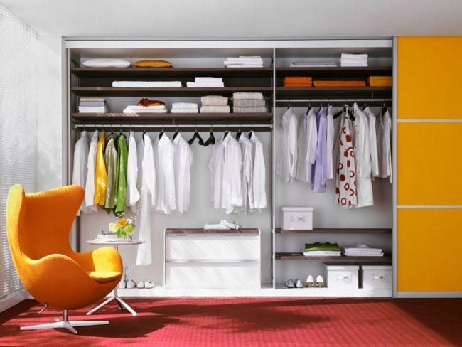 Armoire spacieuse avec un agencement pratique d'étagères et de tringles