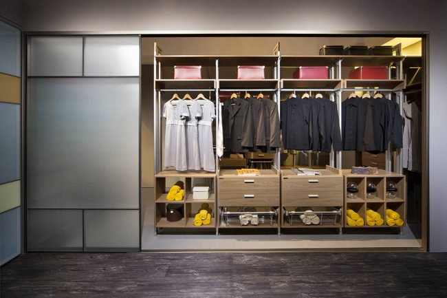 Armoire intégrée avec un nombre confortable d'étagères et de barres