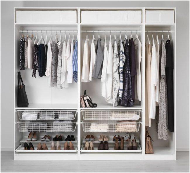 Une petite armoire de deux mètres avec des tiroirs respirants intéressants et une double étagère à chaussures