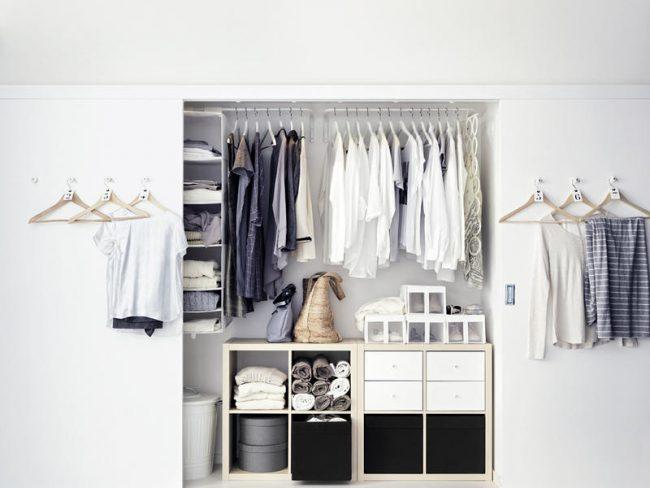 Longue penderie - compartiment dans la chambre sans mezzanines