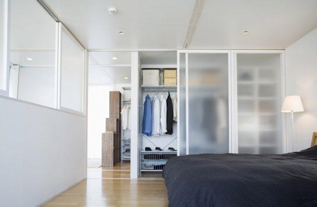 De nombreuses étagères et une barre de mètre vous permettront de placer librement vos vêtements dans le placard