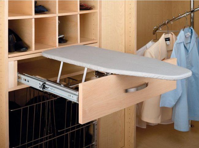 Planche à repasser intégrée pratique pour gagner du temps et de l'espace
