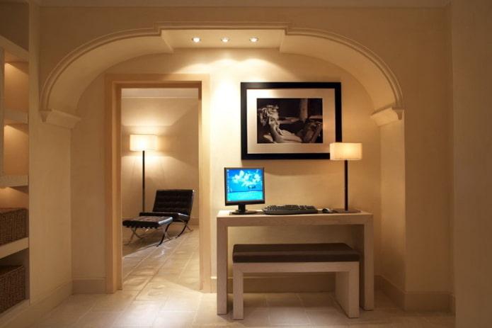 arche de placoplâtre sur le mur à l'intérieur
