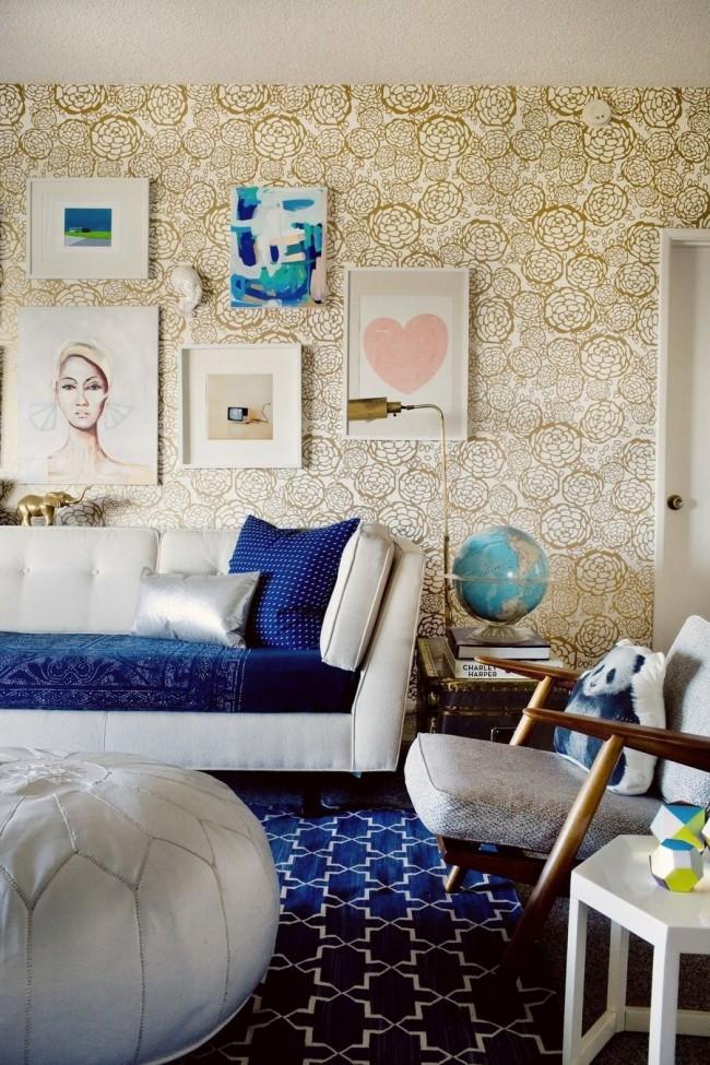 Les papiers peints clairs se marient bien avec les textiles bleus juteux