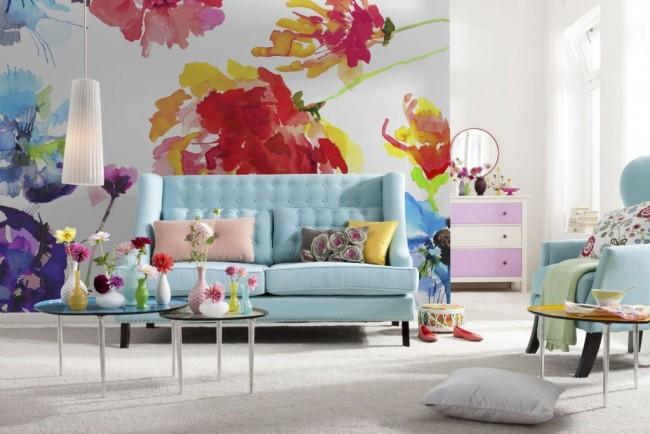 Papier peint à grandes fleurs dans un salon spacieux