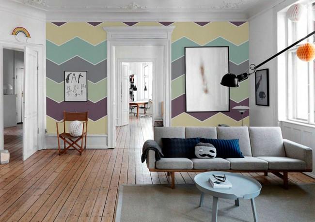 Dans une pièce avec de hauts plafonds, papier peint multicolore avec un motif en zigzag