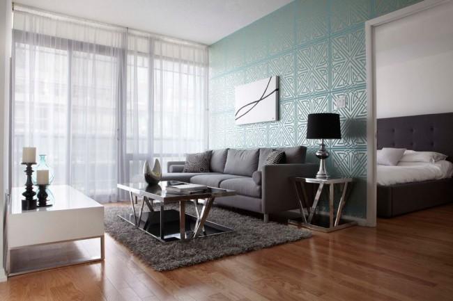 Salon chaleureux avec fenêtres panoramiques et papier peint bleu froid