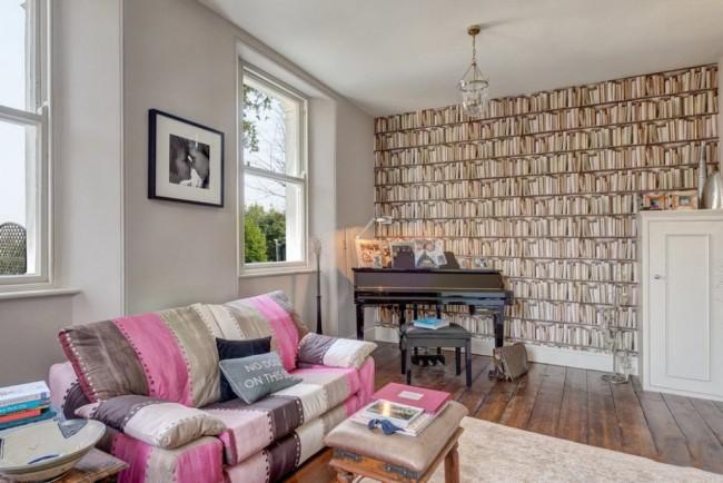 Ambiance cosy dans le salon grâce à un papier peint clair et un canapé d'accent lumineux