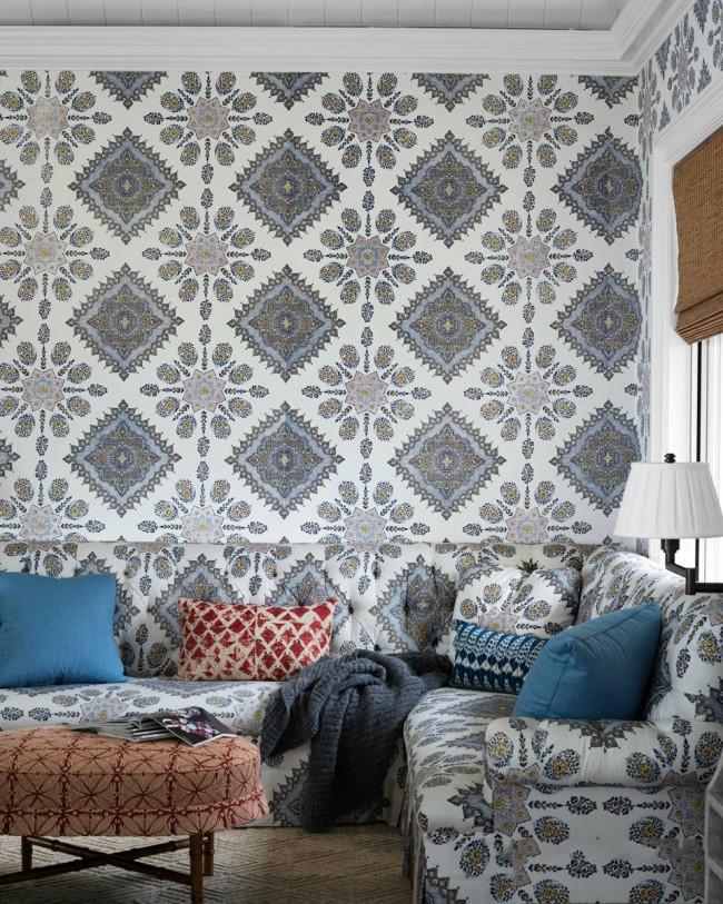 Papier peint textile clair dans le salon assorti à l'ensemble de meubles