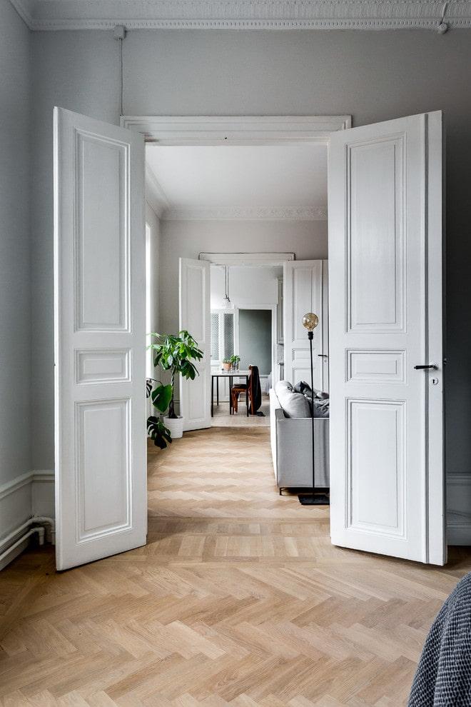 portes en bois blanches à l'intérieur