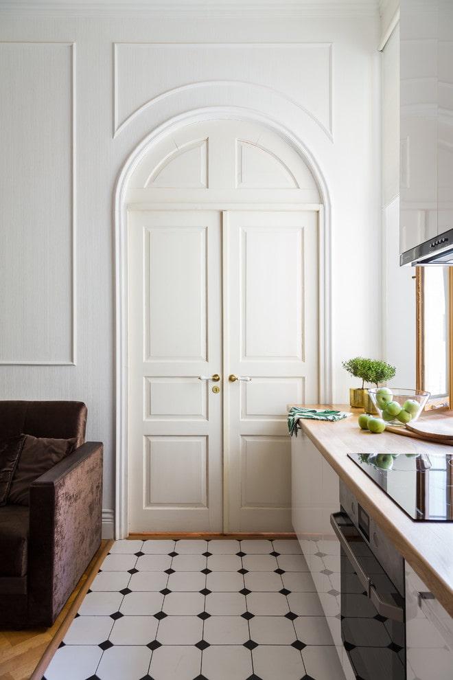 portes blanches à double battant à l'intérieur