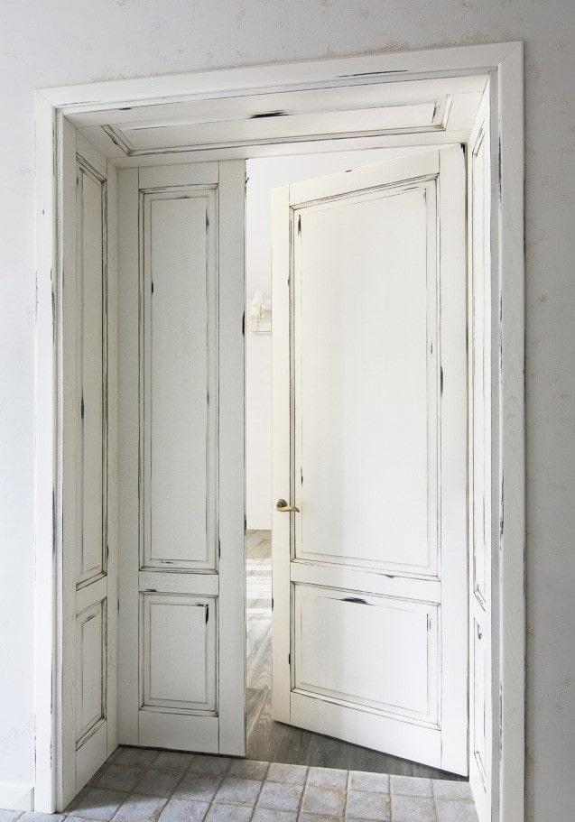 portes blanches avec patine à l'intérieur