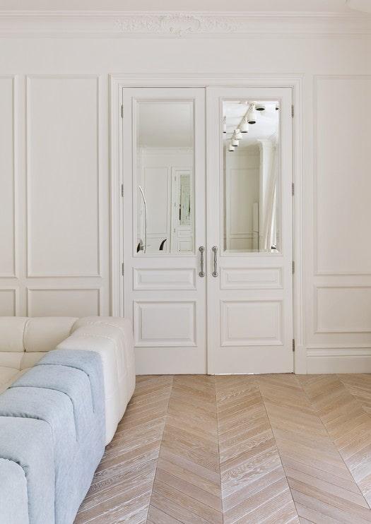 portes blanches avec inserts miroir à l'intérieur