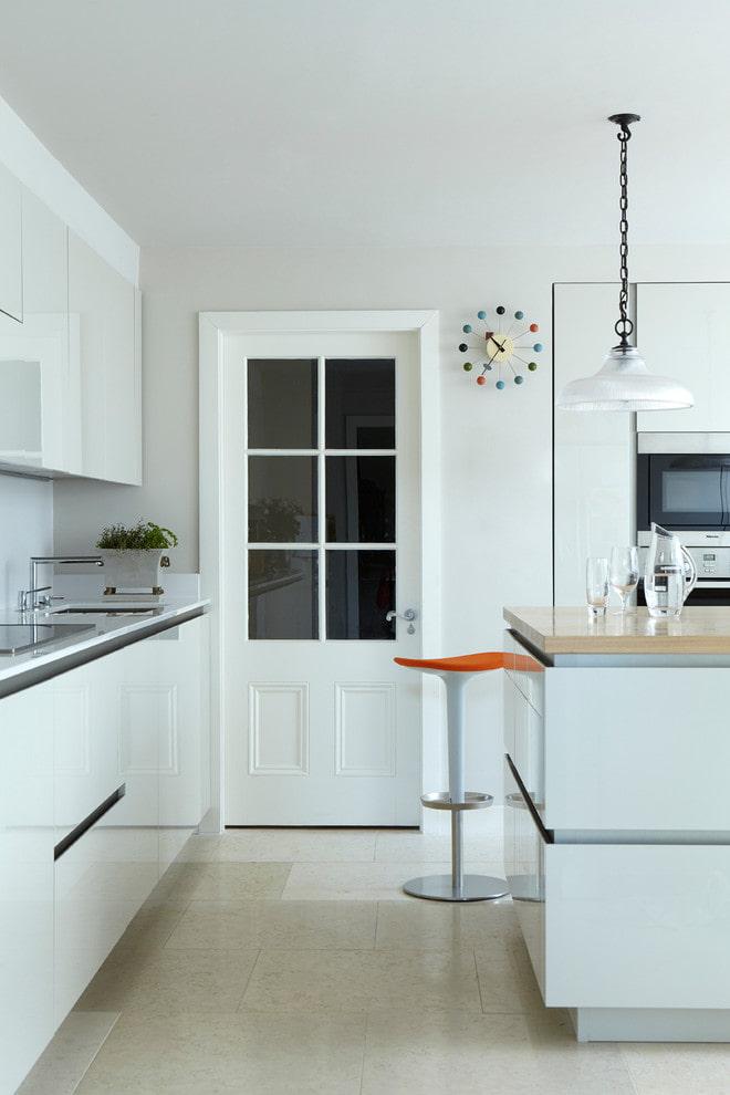 portes blanches avec inserts en verre à l'intérieur