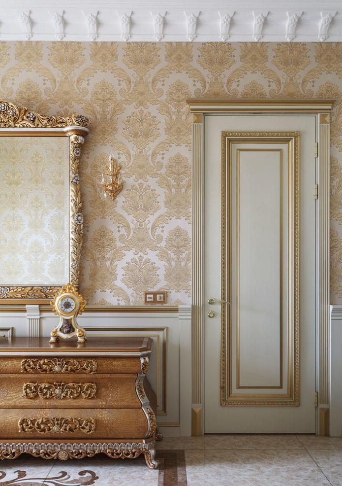 portes de couleur blanche et or à l'intérieur