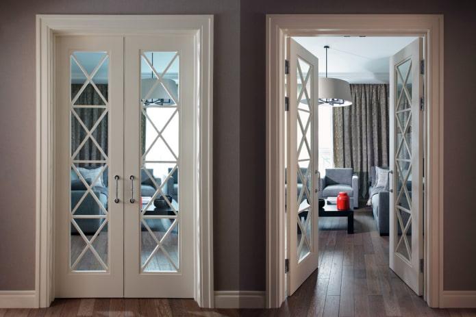 portes blanches avec aménagement à l'intérieur