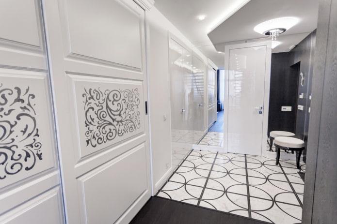 portes en blanc avec un motif à l'intérieur