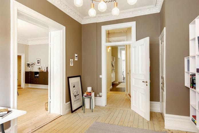 hautes portes blanches à l'intérieur