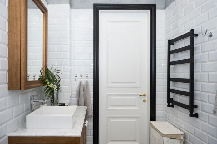 portes blanches avec garniture noire à l'intérieur