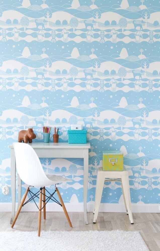 Le papier peint blanc et bleu a l'air frais et paisible