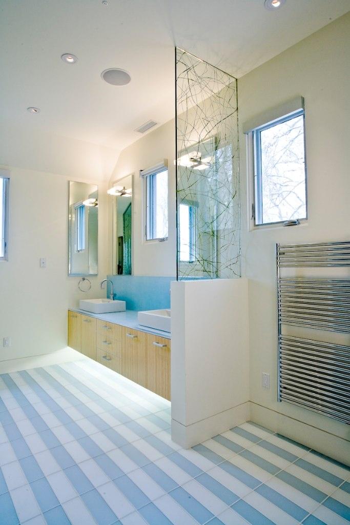 L'éclairage du bas ajoutera de l'originalité et de l'originalité à votre salle de bain