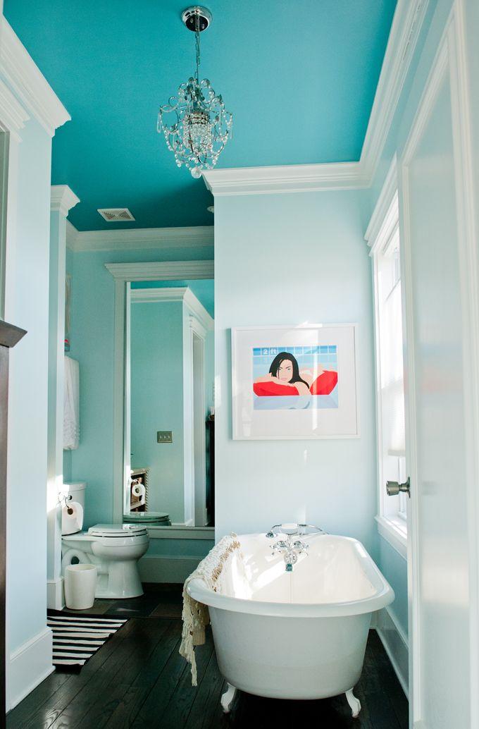 Un lustre classique pour pimenter votre salle de bain
