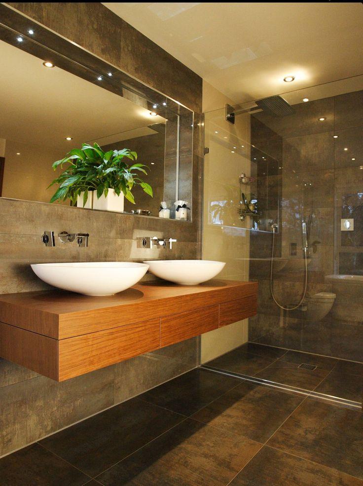 L'éclairage ponctuel dans la salle de bain crée une lumière douce