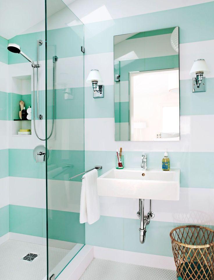 Petites lampes blanches dans la salle de bain