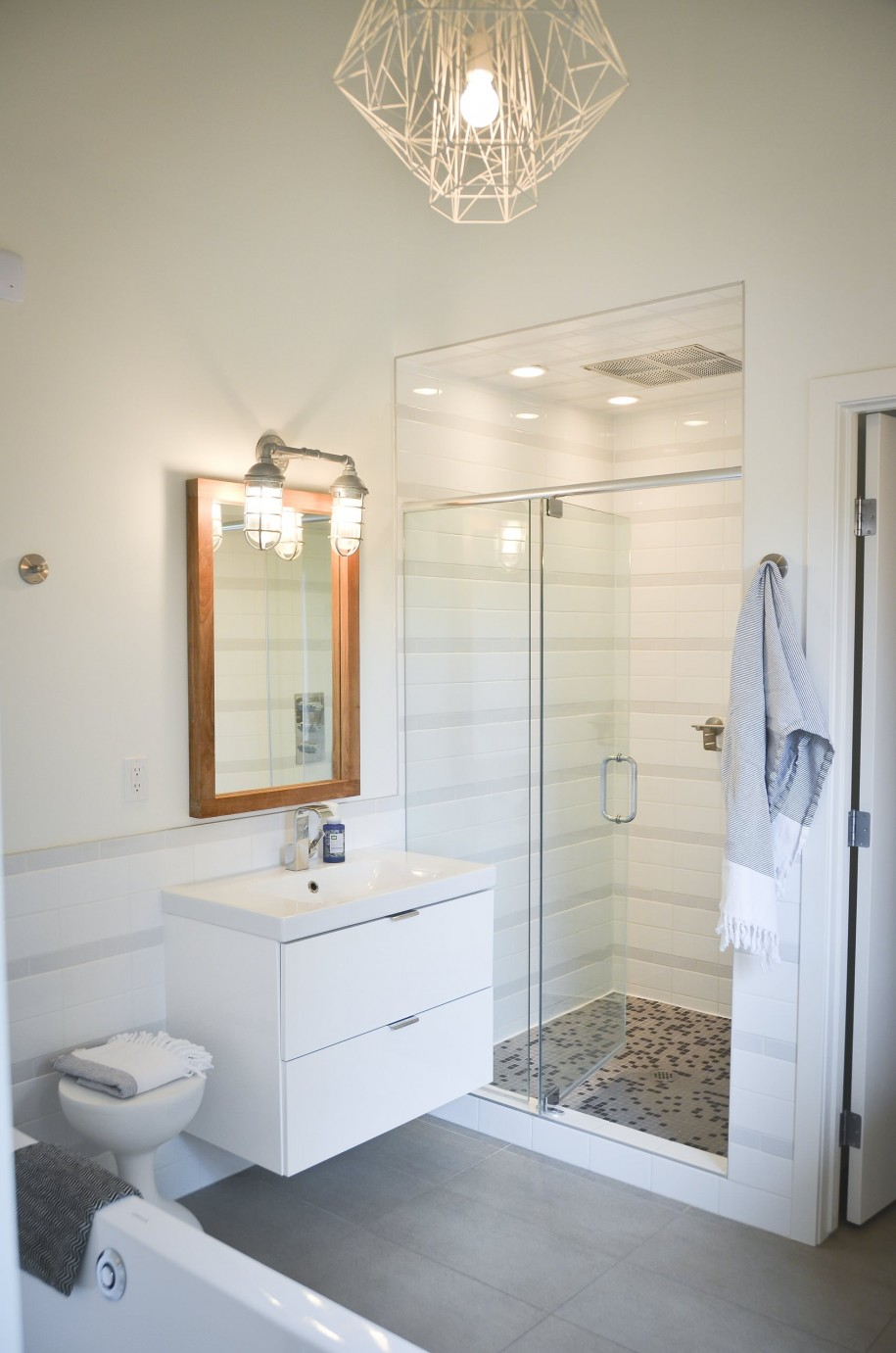 Éclairage ponctuel à l'intérieur de la cabine de douche