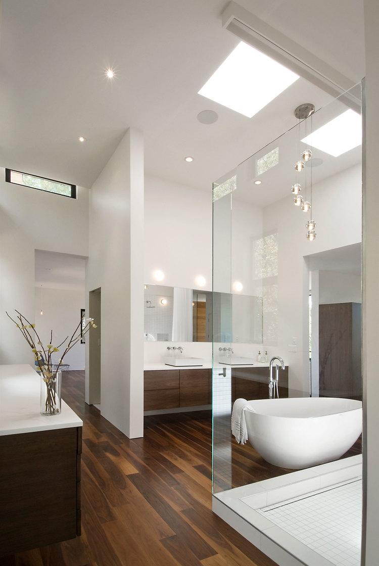 Les lampes suspendues dans la salle de bain donnent une sensation de légèreté et de légèreté
