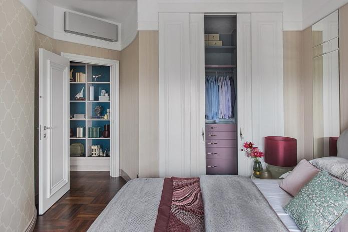 armoire intégrée à l'intérieur de la chambre