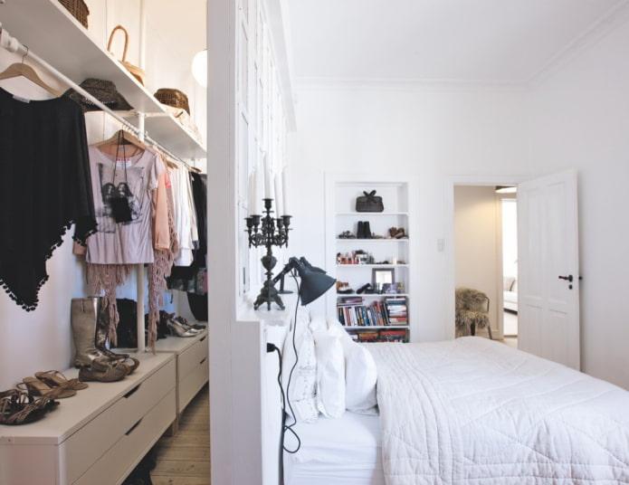 dressing derrière le lit à l'intérieur de la chambre