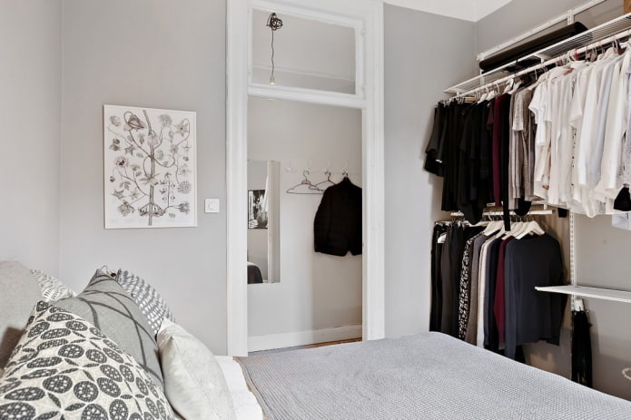 dressing ouvert à l'intérieur de la chambre