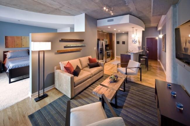 Plafond de style loft dans la conception d'un appartement d'une pièce