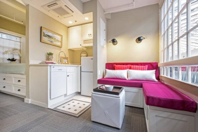 Placement compact de la cuisine et du salon dans un studio