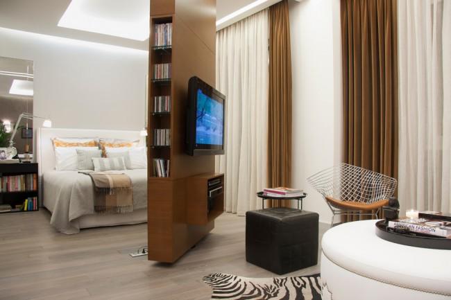 Une cloison pivotante avec un téléviseur est une excellente idée pour un petit appartement