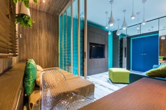 Une combinaison intéressante de bois et d'intérieur lumineux dans la conception d'un petit appartement
