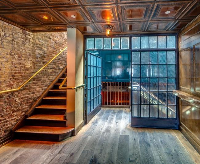 Loft sur mesure avec maçonnerie aux murs, cloison vitrée et plafond à caissons