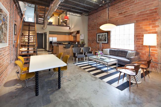 L'espace ouvert et un minimum de cloisons sont les maîtres mots du loft.  Par conséquent, le couloir est souvent décoré avec le zonage de la pièce.