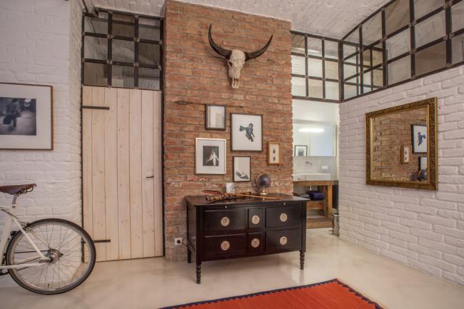 Qu'est-ce qu'un couloir sans meubles anciens ?  Le couloir loft allie le chic de la modernité aux détails du passé