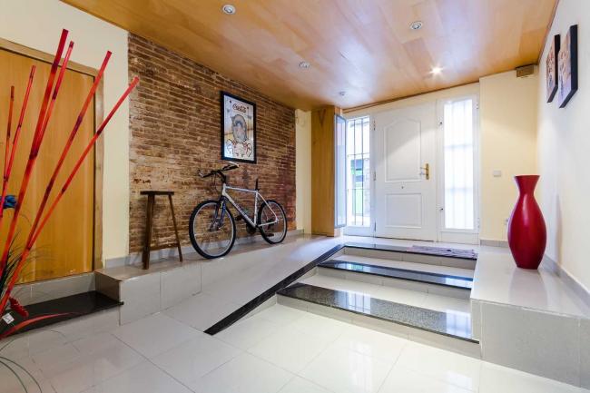 Vous pouvez décorer un mur dans le couloir avec de la maçonnerie.  Une affiche lumineuse sera un excellent ajout à l'intérieur