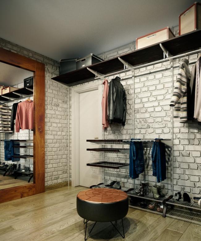 La maçonnerie sur les murs est une finition populaire pour un couloir de style loft