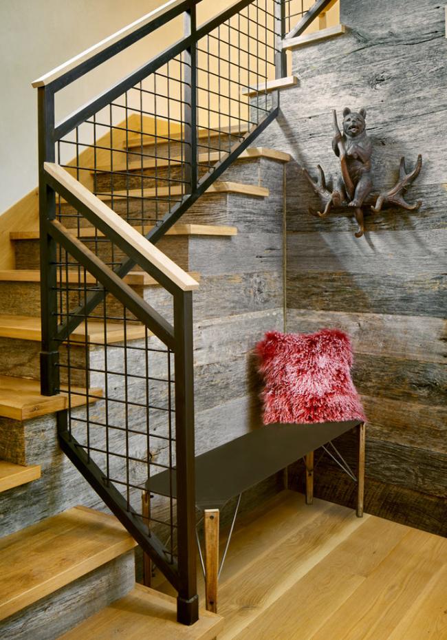 Décoration de couloir de style loft avec poutres en bois grises